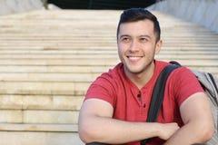 Studente misto di etnia che sorride sulla città universitaria Immagine Stock