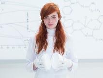 Studente motivato nel laboratorio di chimica Fotografia Stock