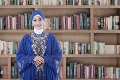 Studente musulmano in biblioteca Fotografia Stock