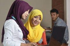 Studente musulmano Discussion fotografia stock libera da diritti