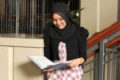 Studente musulmano Reading Book Fotografia Stock