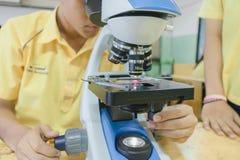 Studente nel laboratorio di scienza Immagine Stock