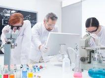 Studente nell'ambito di analisi del microscopio Fotografie Stock