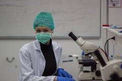 Studente o scienziato in laboratorio la ricerca sul microscopio Fotografie Stock