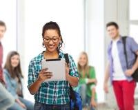 Studente in occhiali con il pc e la borsa della compressa Fotografie Stock
