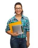 Studente in occhiali con le cartelle ed il pc della compressa Immagini Stock Libere da Diritti