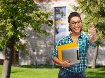 Studente in occhiali con le cartelle ed il pc della compressa Fotografia Stock Libera da Diritti