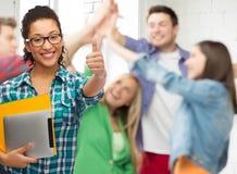 Studente in occhiali con le cartelle ed il pc della compressa Fotografie Stock