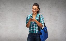 Studente in occhiali con lo smartphone e la borsa Immagine Stock Libera da Diritti