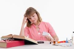 Studente Pharmacist che guarda nelle compresse di descrizione del repertorio Immagine Stock