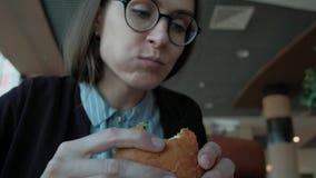 Studente a pranzo video d archivio
