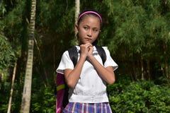 Studente Praying Wearing Uniform met Notitieboekjes royalty-vrije stock foto's