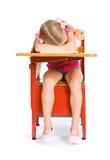 Studente: Ragazza stanca che dorme allo scrittorio Immagini Stock