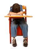 Studente: Ragazzo con la testa sullo scrittorio Immagine Stock