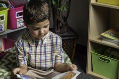 Studente Reading Fotografia Stock Libera da Diritti