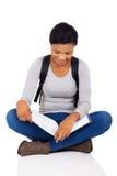 Studente Reading Book Fotografia Stock Libera da Diritti