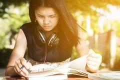 Studente Reading Book Immagini Stock Libere da Diritti