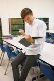 Studente Reading Book Fotografie Stock