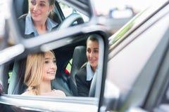 Studente a scuola guida alla ruota di un'automobile con il suo istruttore Immagini Stock Libere da Diritti