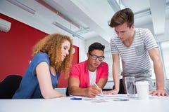 Studente serio che lavora insieme e che prende le note Fotografia Stock Libera da Diritti