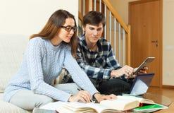 Studente serio due che studia e che prepara per l'esame Fotografie Stock Libere da Diritti