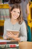 Studente sicuro With Digital Tablet dentro fotografia stock libera da diritti