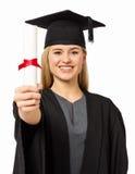 Studente sicuro In Graduation Gown che mostra certificato Fotografie Stock Libere da Diritti