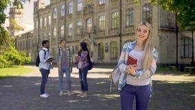 Studente soddisfatto con qualità di nuovo sistema educativo, politiche estere archivi video
