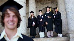 Studente sorridente che è accompagnato dai suoi amici stock footage