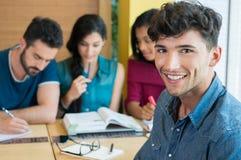 Studente sorridente che esamina macchina fotografica Fotografia Stock Libera da Diritti