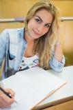 Studente sorridente che esamina macchina fotografica Immagine Stock