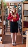 Studente sorridente che tiene un libro Fotografia Stock Libera da Diritti