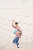 Studente sorridente con i suoi libri in università Fotografie Stock Libere da Diritti