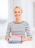Studente sorridente con il computer portatile, i libri ed i taccuini Immagine Stock