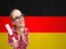 Studente sorridente con il diploma sopra la bandiera tedesca Fotografia Stock Libera da Diritti