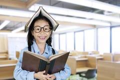 Studente sorridente con il libro sopra la sua testa Fotografie Stock