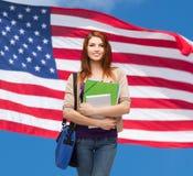 Studente sorridente con la borsa, le cartelle e la compressa Immagini Stock Libere da Diritti