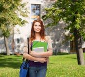 Studente sorridente con la borsa, le cartelle ed il pc della compressa Fotografie Stock