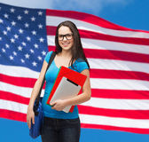 Studente sorridente con la borsa, le cartelle ed il pc della compressa Immagine Stock Libera da Diritti
