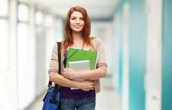 Studente sorridente con la borsa, le cartelle ed il pc della compressa Fotografia Stock Libera da Diritti