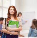 Studente sorridente con la borsa, le cartelle ed il pc della compressa Immagine Stock