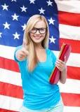 Studente sorridente con le cartelle Immagini Stock Libere da Diritti