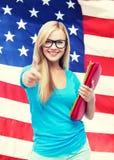 Studente sorridente con le cartelle Fotografie Stock Libere da Diritti
