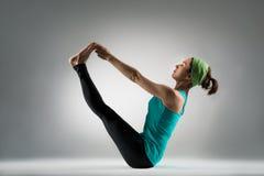 Studente sorridente di signora di yoga che si siede sul pavimento dello studio Fotografia Stock Libera da Diritti