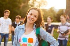 Studente sorridente femminile all'aperto Fotografia Stock Libera da Diritti