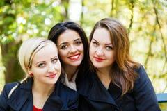 Studente sorridente Girls Outdoors Fotografia Stock