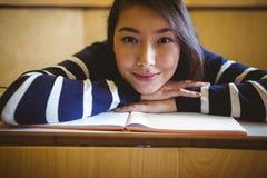 Studente sorridente nel corridoio di conferenza Fotografia Stock