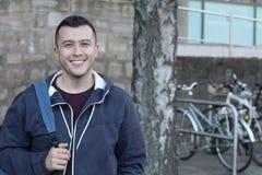 Studente sorridente sulla città universitaria Immagine Stock