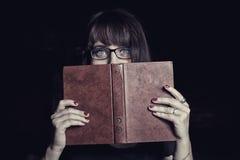 Studente spaventato con il libro Immagini Stock