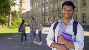 Studente straniero fiero dell'opportunità di studiare all'università all'estero, istruzione stock footage